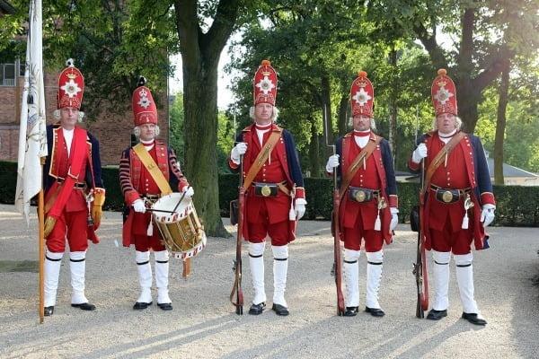 """Члены ассоциации, воссоздающих гвардию """"Потсдамские гиганты"""", Германия. Сад Хоппе."""