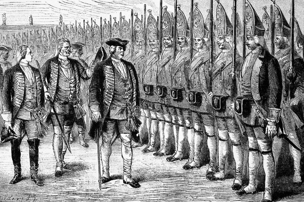 Король Пруссии Фридрих Вильгельм I инспектирует своих гигантских гвардейцев, известных как великие гренадеры Потсдама, хотя большинство называло их потсдамскими гигантами.