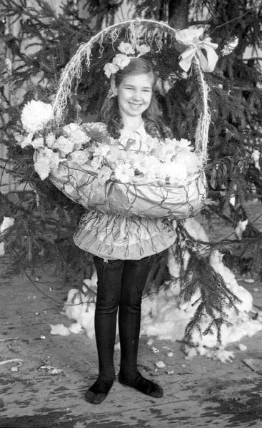 Этой девушке посчастливилось стать корзиной цветов
